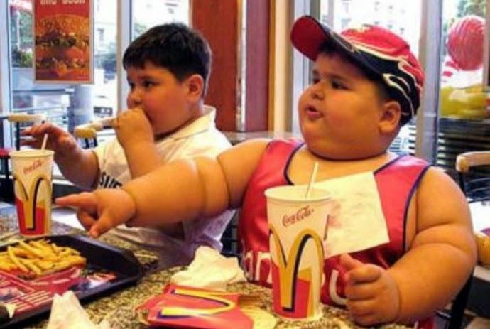 """Dlaczego zakaz sprzedaży """"śmieciowego jedzenia"""" w sklepikach szkolnych to zły pomysł?"""
