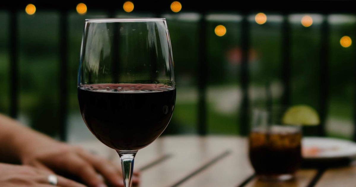 Czy lampka wina w ciąży nie szkodzi?
